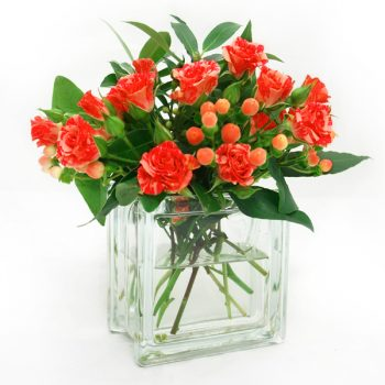 Short clear glass vase with roses